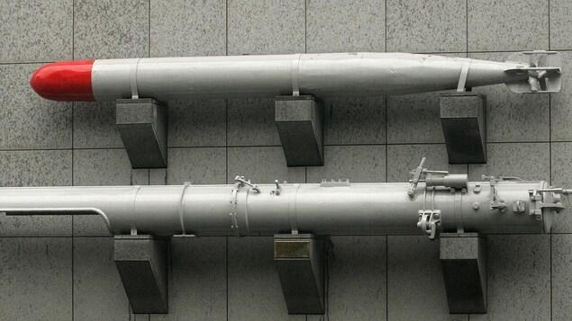 Deux modèles de torpille accrochés sur un mur.