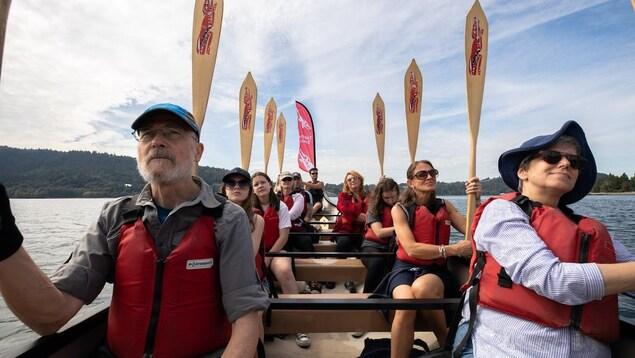 Des pagayeurs sur un canot à North Vancouver.