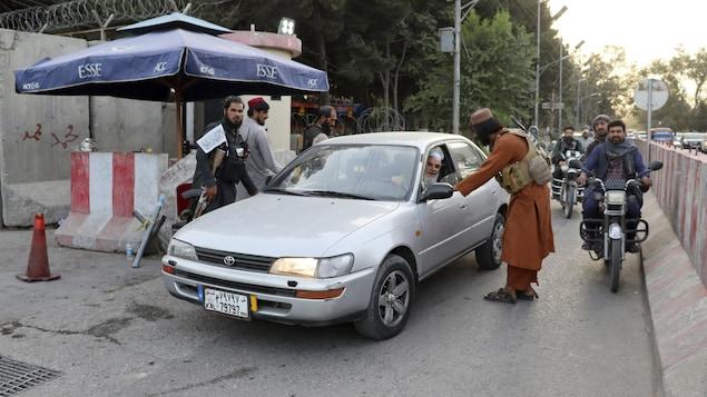 Un taliban discute avec un automobiliste.
