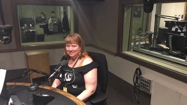 Tamara Harder dans le studio radio d'ICI Radio-Canada Saskatchewan à Regina.