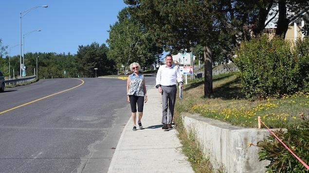 Denis Tardif et l'une de ses bénévoles, Ginette Caron, sillonnent les rues de Dégelis à la rencontre des électeurs.