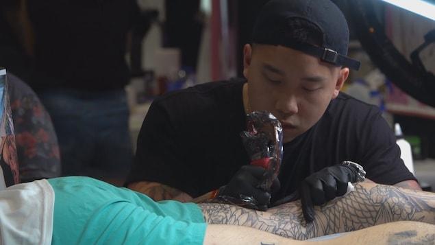 Un tatoueur à l'oeuvre