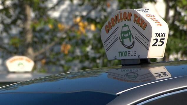 Une enseigne de taxi