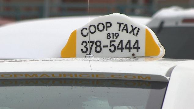 Le lanternon posé sur un véhicule de Taxi Coop de la Mauricie.
