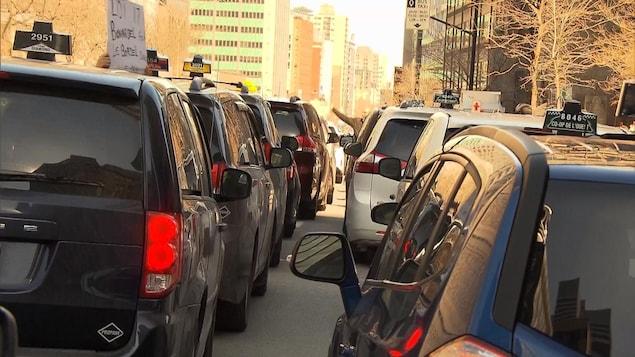 La guerre de mots entre les représentants de l'industrie du taxi et le ministre Bonnardel s'est poursuivie, mardi.