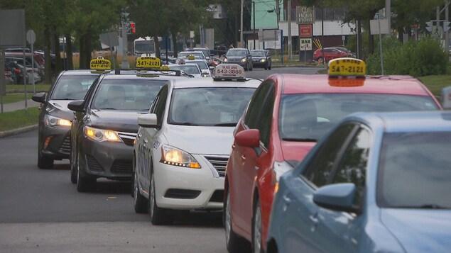 Une file de voitures de taxi sur le boulevard Saguenay à Chicoutimi.