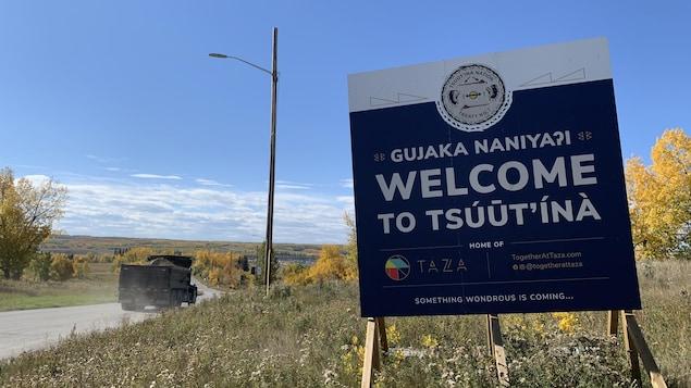 Un panneau sur le bord de la route annonce l'arrivée dans la communauté de la Première Nation Tsuut'ina.