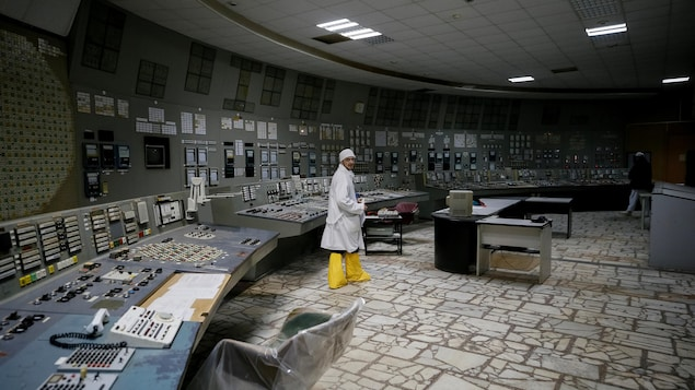 Des employés peuvent même se rendre à l'intérieur du centre de contrôle sans combinaison spéciale.