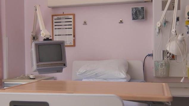 Un lit d'hôpital et une télévision.