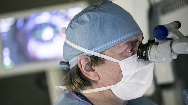 Le Dr Richard Bazin lors de l'opération.