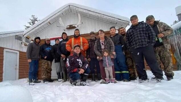 Un groupe de personnes posant pour une photo en hiver.