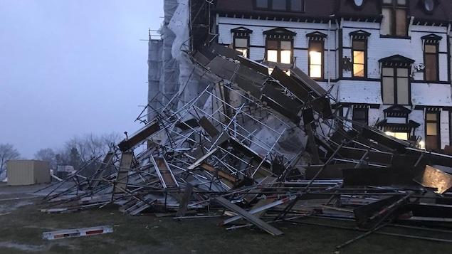 Les débris de l'échaffaudage jonchent le sol près de l'édifice
