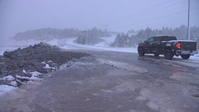 Route rendue difficilement pratiquable par uen tempête de neige.