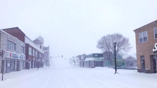 Rue enneigée de Bathurst pendant la tempête de neige du 20 janvier 2019.