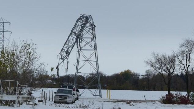 Une ligne de transmission électrique est tordue à Portage la Prairie.