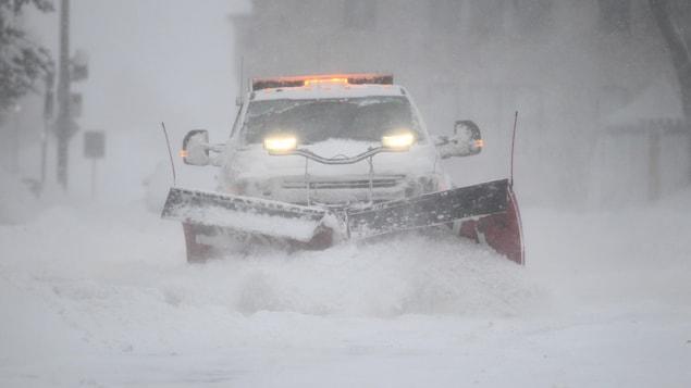 Un véhicule de déneigement dans les rues de Québec