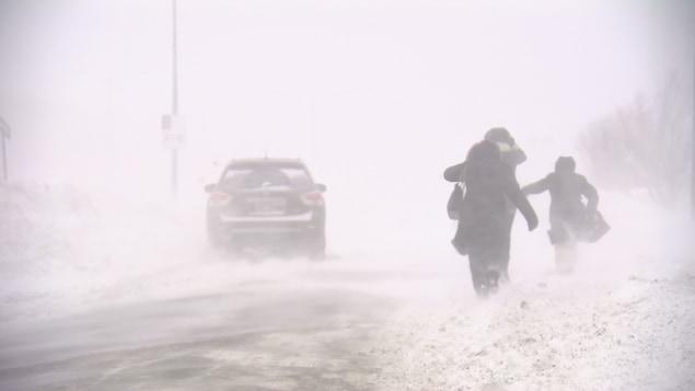 (Archives) Voiture et marcheurs dans le blizzard