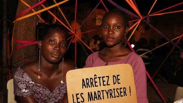 Elles affichent une pancarte avec le message : Arrêtez de les martyriser.