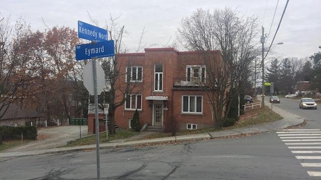 Un édifice à logements de la rue Eymard à Sherbrooke.