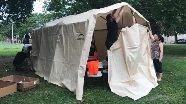 La tente dans laquelle les toxicomanes peuvent recevoir des trousses de naloxone, des seringues propres et des conseils.