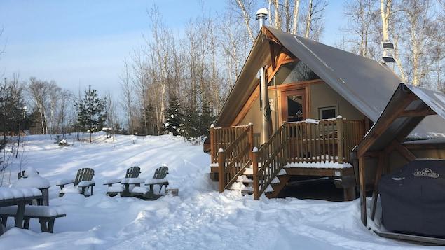 Des tentes Otentik dans un décor hivernal.
