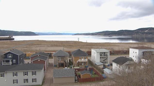 Le terrain où se trouvait l'usine de la Consol en bordure de la baie des Ha! Ha! à Saguenay.
