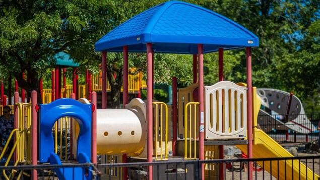 Un terrain de jeu pour enfants en été
