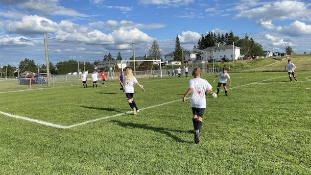 Des jeunes jouent au soccer sur un terrain extérieur à Amos.