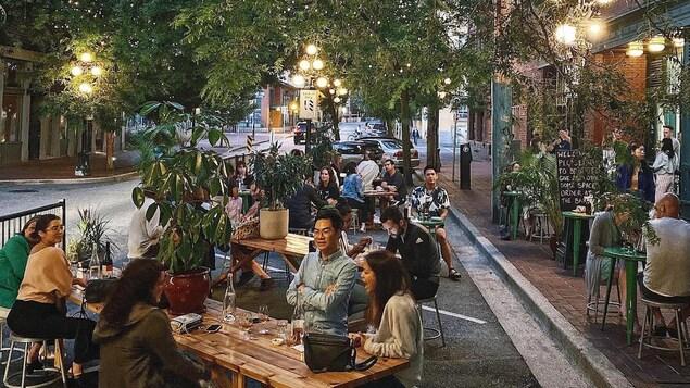 Une terrasse et des clients dans une rue de Vancouver