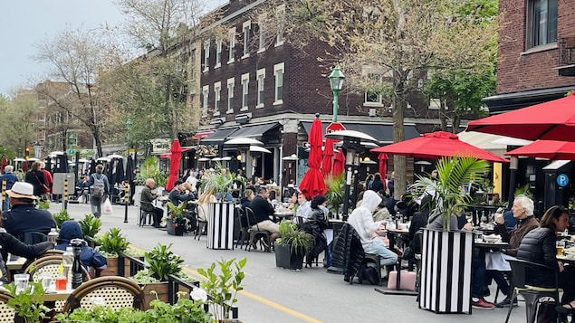 Des clients sont assis à la terrasse d'un restaurant de Montréal.