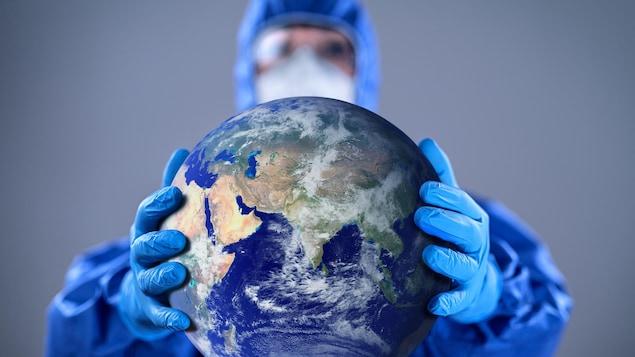 Un médecin tient la Terre entre ses mains.