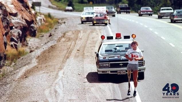 Terry Fox court durant le Marathon de l'espoir.