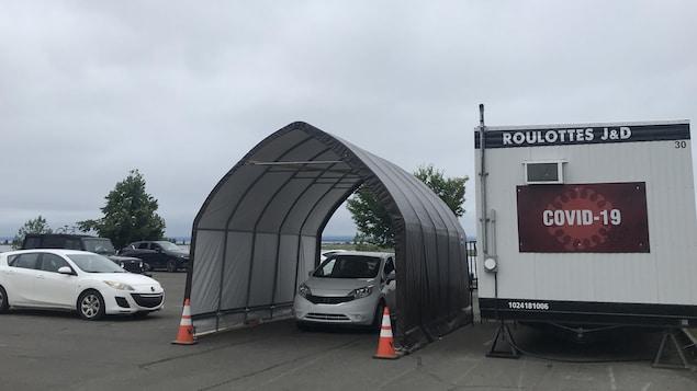 La roulotte et un abri où les gens défilent en voiture.