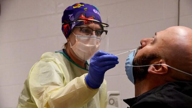 Un test de dépistage de la COVID-19.