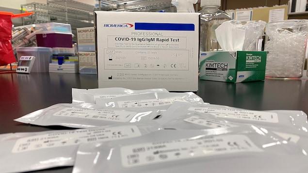 Des échantillons de test sont disposés sur un comptoir de laboratoire en Californie.