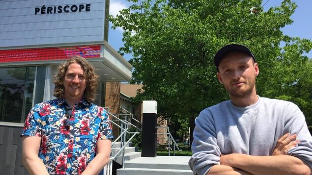 Une photographie de Charles Fournier et Sébastien Delorme prise devant le Théâtre Périscope.