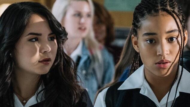 Les deux actrices assises dans une classe d'école