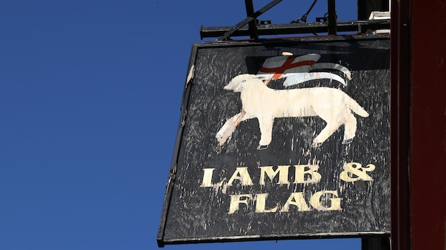 L'enseigne du pub The Lamb and Flag.
