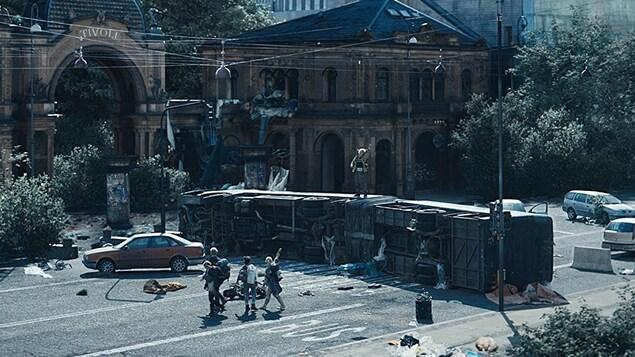 Des jeunes constatent les dégâts d'une catastrophe près d'un parc, dans une scène de la série «The Rain».
