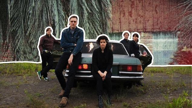 Sept membres du groupe Arcade Fire dans un collage photographique les représentant autour d'une voiture.