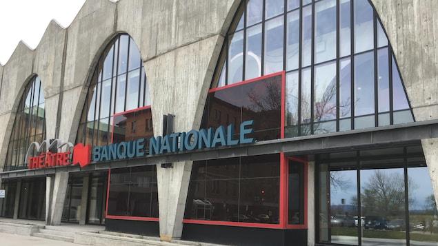La façade de béton du Théâtre banque nationale
