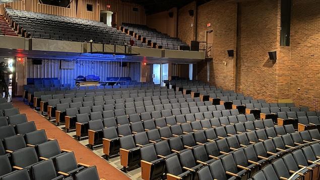 Une salle de spectacle dont les fauteuils sont vides.