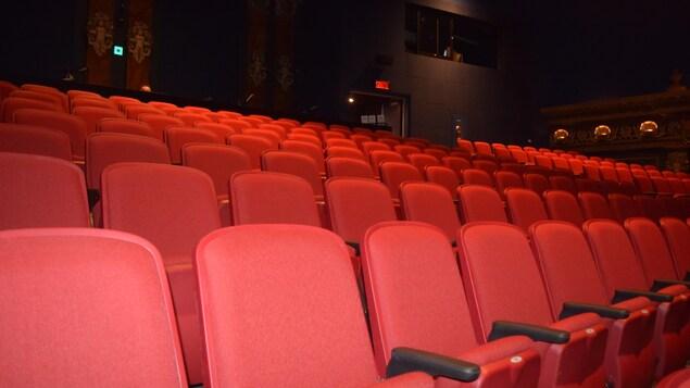 Une dizaine de fauteuils rouges inoccupés dans la salle du Théâtre Denise-Pelletier.