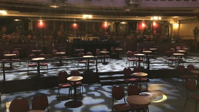 La salle avec quelques tables et chaises bien distancées.
