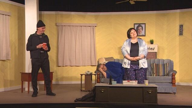 Plan large de trois comédiens du Théâtre Montcalm sur scène.