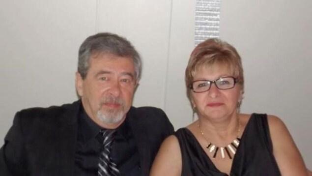 Thelma et Robert Krull, un couple dans la cinquantaine habillé en noir.