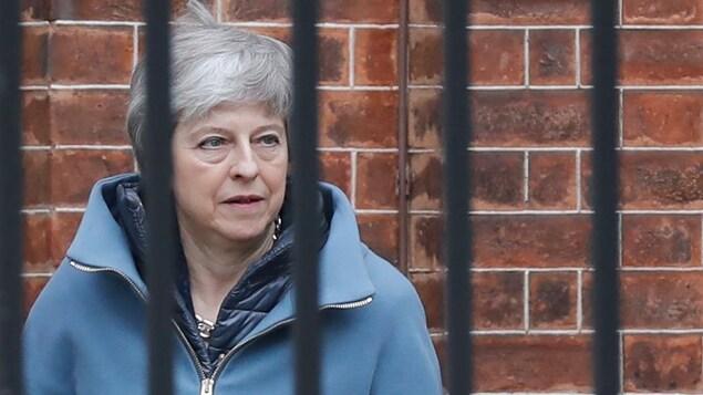 Theresa May, vue derrière la clôture de sa résidence officielle.