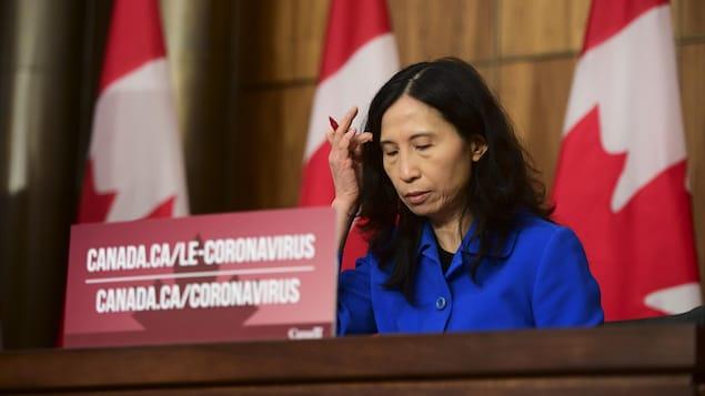 Elle est songeuse lors d'une conférence de presse.