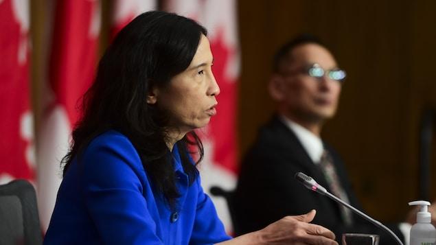 Theresa Tam parle dans un micro lors d'un point de presse.
