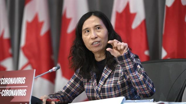 Theresa Tam habla a la prensa.